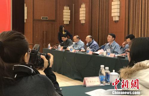 燕山石化公司副总经理焦阳介绍企业产品技术升级相关情况。