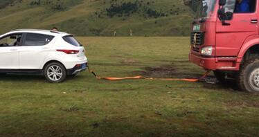 藏族美女援救遇困大卡车