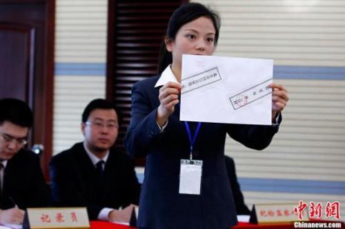 资料图:2011年,北京首次公开摇号配置管理购车数量。<a target='_blank' href='http://www.chinanews.com/' _fcksavedurl='http://www.chinanews.com/'></table><p align=