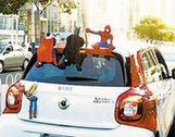 """""""超级英雄""""坐车顶展示个性?交警:记两分罚款50元"""