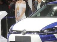 11月8日,一名参观者在中国国际进口博览会上用VR观看大众汽车产品介绍。<a target='_blank' data-cke-saved-href='http://www.chinanews.com/' href='http://www.chinanews.com/'><p align=