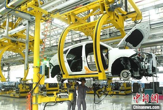 资料图:重庆一汽车生产车间内的工作人员正在组装车辆。 <a target='_blank' data-cke-saved-href='http://www.chinanews.com/' href='http://www.chinanews.com/'>中新社</a>记者 陈超 摄