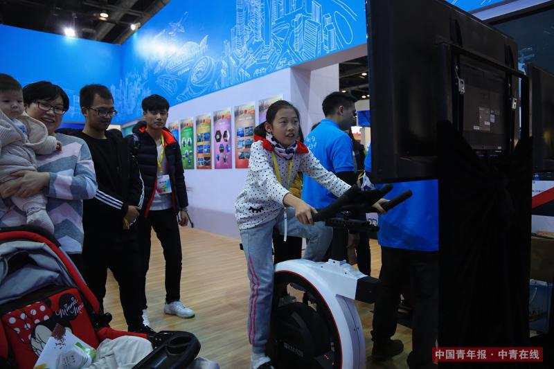 12月9日,一名小朋友体验全景自行车。中国青年报·中青在线记者 赵迪/摄