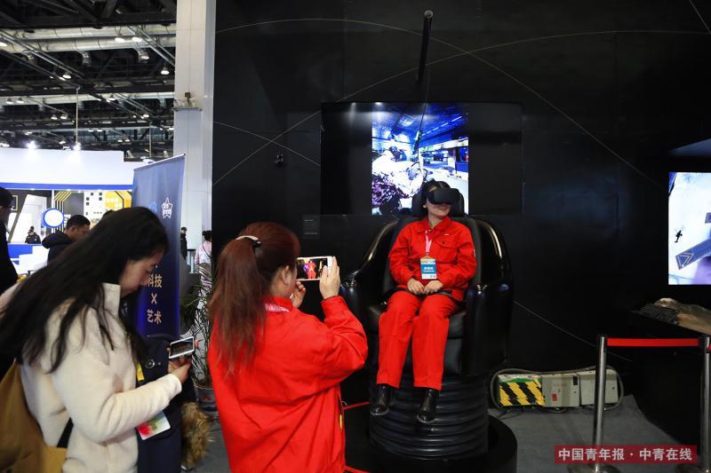 12月9日,观众体验VR影院产品。中国青年报·中青在线记者 赵迪/摄