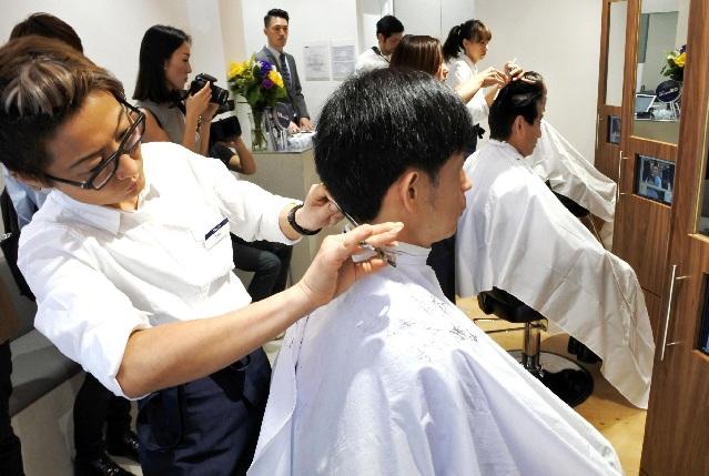 理发不办卡,这家10㎡理发店专注剪头发21年图片