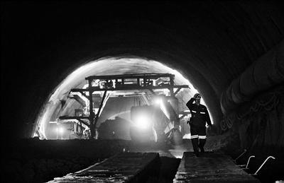京张高铁首条隧道全线贯通计划2019年实现通车