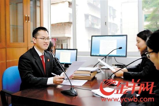 徐玉宝法官(左一)与合议庭成员在语音合议室合议案件