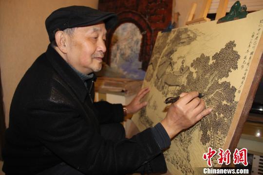 """72岁重庆画家笔耕不辍历时3载绘出""""老重庆"""""""