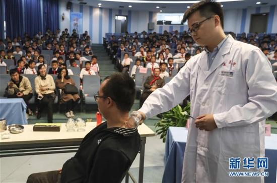 中医药知识进校园 小学生近距离感受中医药文化