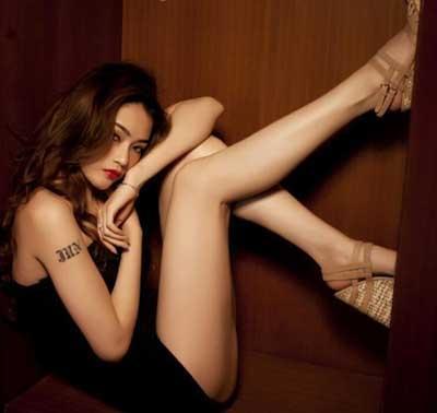 所谓腿模就是一些长着美腿、美足的模特穿上丝袜、长靴、内衣展示产品。一般做腿模的基本条件是:小腿与大腿比例接近相等或略长于大腿,腿型粗细均匀、线条优美、细腻、光洁、无明显疤痕,中线直挺、小腿富于力度、大腿圆润、臀部不能有赘肉。腿模除了对腿的基本条件要求之外,腿模还要具有镜头表现力,通过肢体语言来诠释产品。