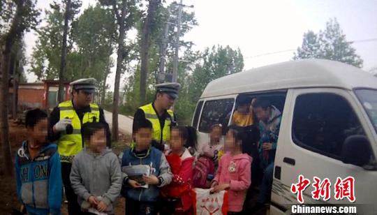 核载8人实载21人河南镇平一黑校车司机被刑拘