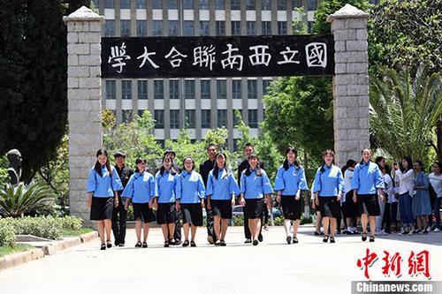"""云师大学生身着学生装纪念""""五四""""青年节"""