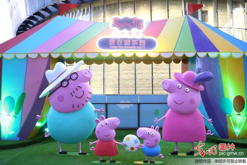 """2017年8月9日,""""小猪佩奇夏日游乐园""""主题展在上海虹桥天地揭幕,半开放式的精美场景,憨态可掬的小猪造型,吸引了诸多游客前来合影留念。   此次展览为期两个月,展览面积超过1000平方米,其中70区域可免费游玩,真实还原近30个动画剧集中的主题组景,带来9大热门互动游戏,首次呈现沪上最大的室内小猪佩奇主题游乐场。""""小猪佩奇夏日游乐园""""主题展从28月8日持续至10月8日,全球""""最红""""小猪带来适宜全家游玩的夏日欢乐派对。小猪佩奇源自英国的学龄前动画片《小猪佩奇》作为早教王牌读物,连续8年获"""