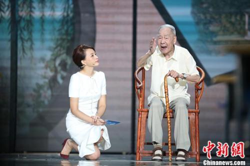 董卿跪采翻译家许渊冲先生。