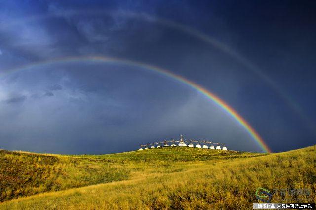 """2010年8月11日摄于内蒙古东乌珠穆沁旗,图为""""彩虹下的敖包""""。"""