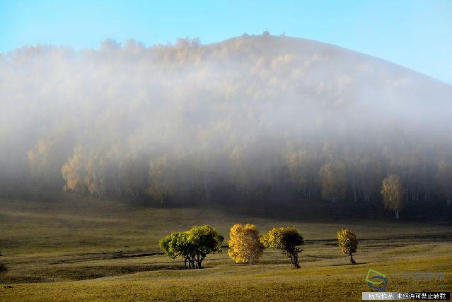 2016925乌兰布统草原位于克什克腾旗最南端与河北围场县的赛罕坝林场隔河相望,是一个集山、水、花、草、林,古迹于一体的旅游区。乌兰布统是清朝木兰围场的一部分,这里属丘陵与平原交错地带,森林和草原有机结合,既具有南方优雅秀丽的阴柔,又具有北方粗犷雄浑的阳刚,兼具南秀北雄之美。四季皆宜,处处皆景,是摄影之乡、天然画廊、露天影棚。