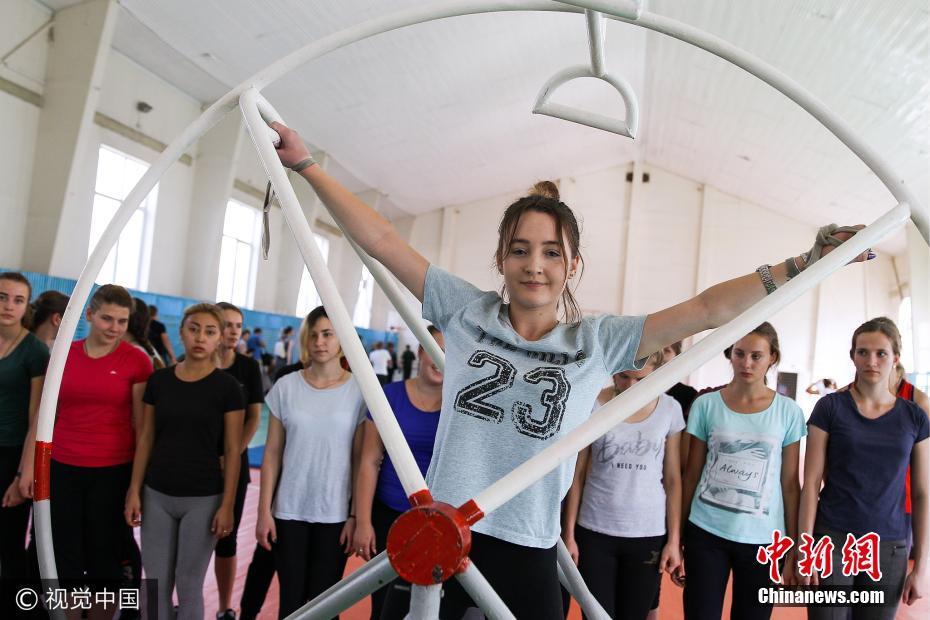 俄罗斯空军第一批女飞行员迎来开学 个个高颜值