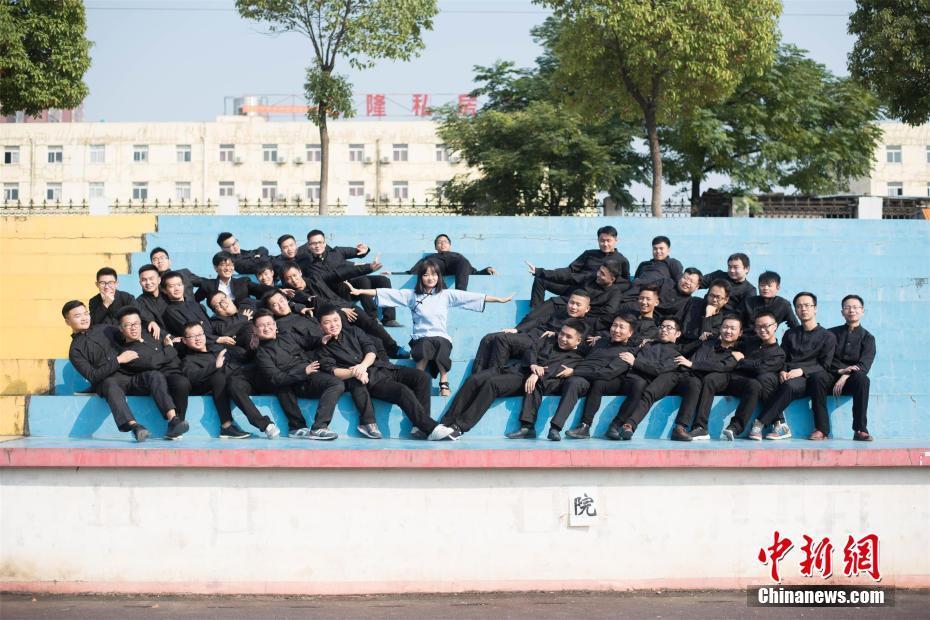 全班36人仅一名女生 武汉高校学生拍创意毕业照
