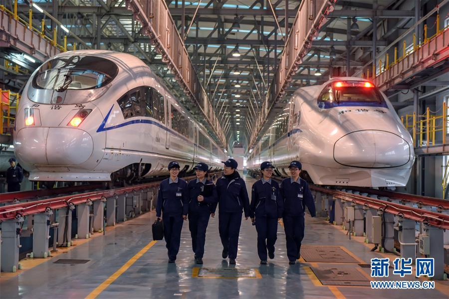 """(社会)(1)高铁列车的""""女门神"""""""