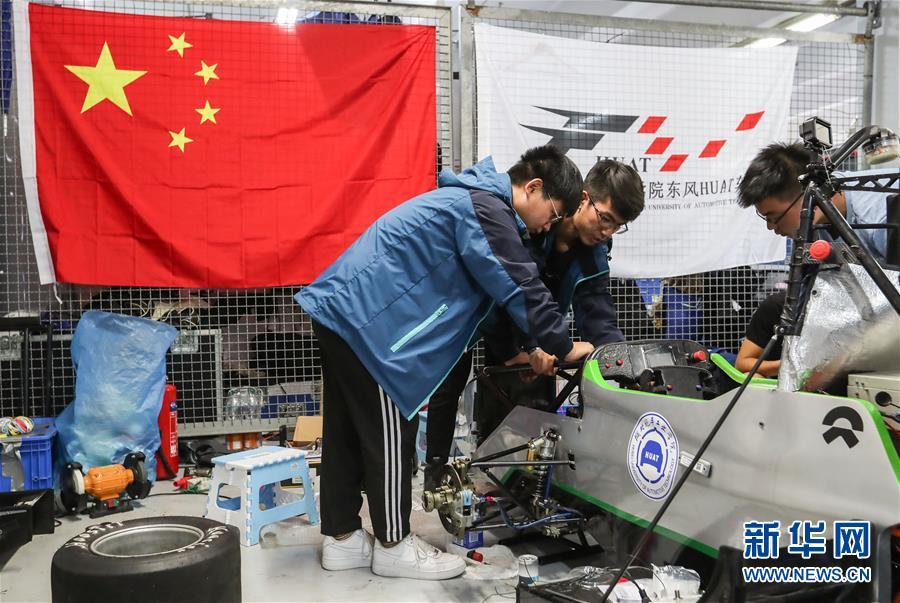 (体育·图文互动)(3)中国车队亮相德国大学生方程式赛车比赛