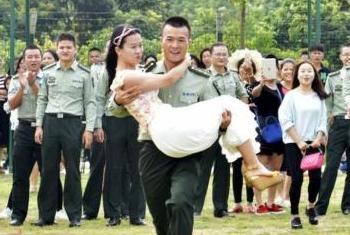 组图:解放军相亲大会 青年官兵抱美女赛跑