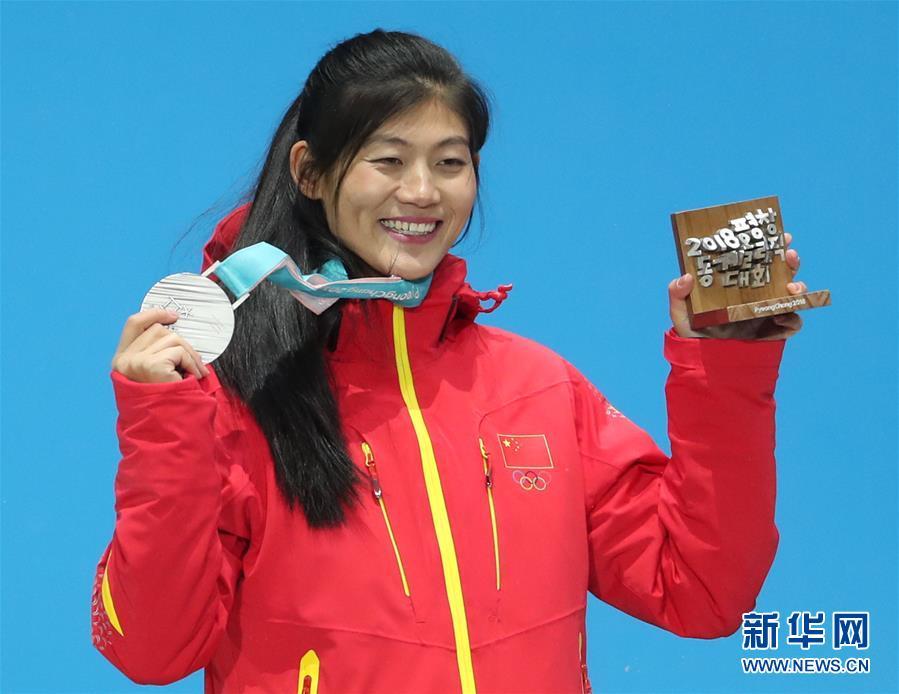 (冬奥会·领奖台)(1)单板滑雪——女子U型场地:刘佳宇参加颁奖仪式