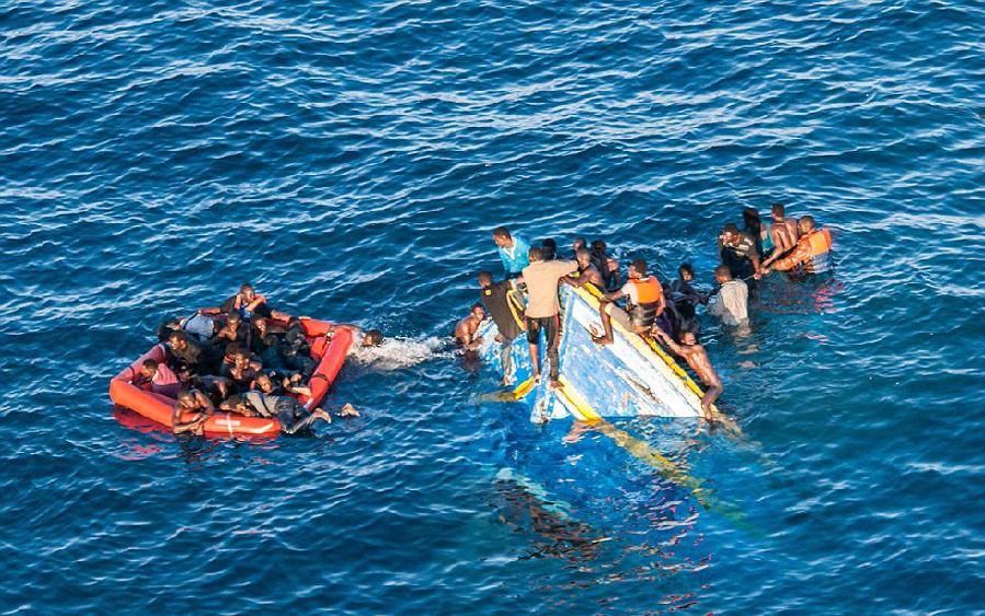 非洲偷渡船沉没瞬间曝光 400多人挣扎求活