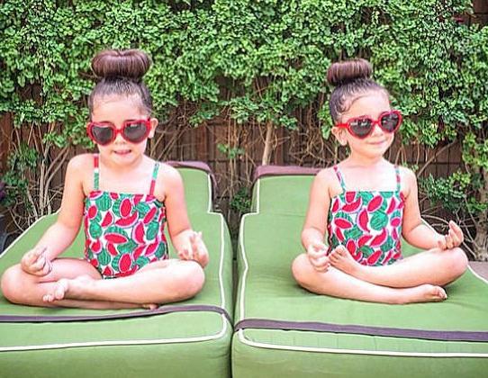 组图:美国4岁双胞胎成时尚界新秀 华丽装扮萌翻网友