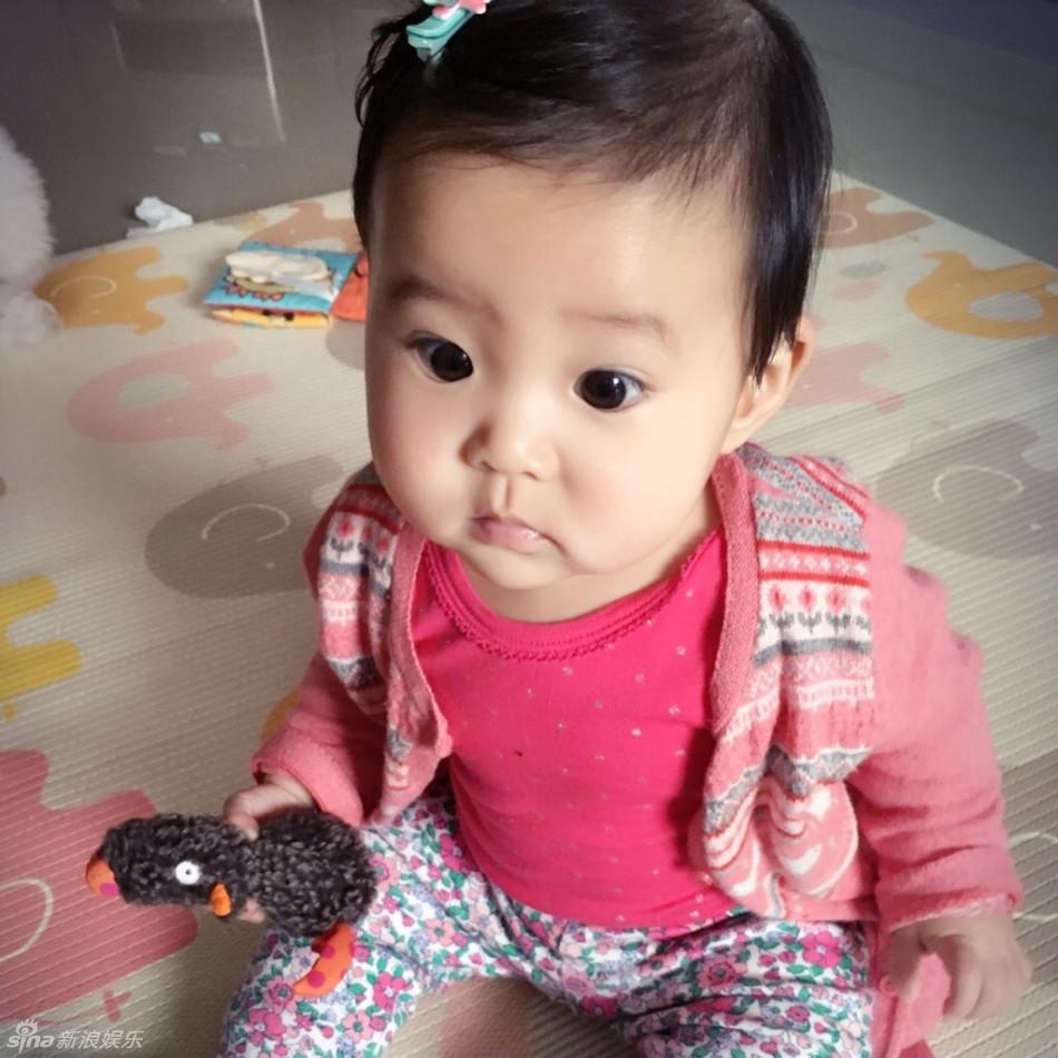 组图:贾静雯小女儿大眼圆圆 嘴咬小玩具超可爱