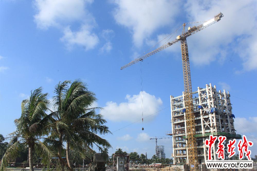 海南文昌航天发射场内正在建设的运载火箭发射塔架.
