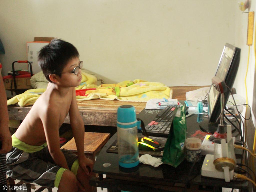 河南11岁男孩近视2200度 镜片比啤酒瓶厚