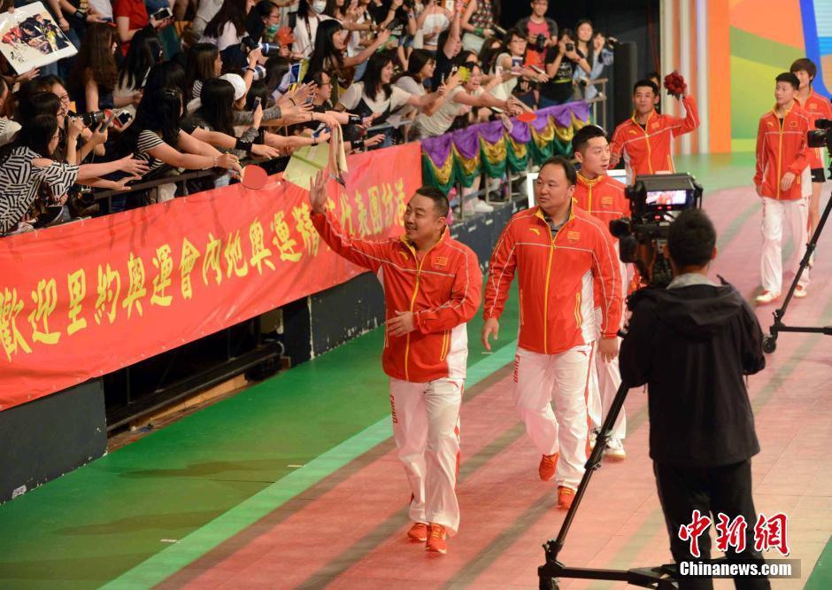 香港迷妹追星马龙 刘国梁张继科受热烈欢迎