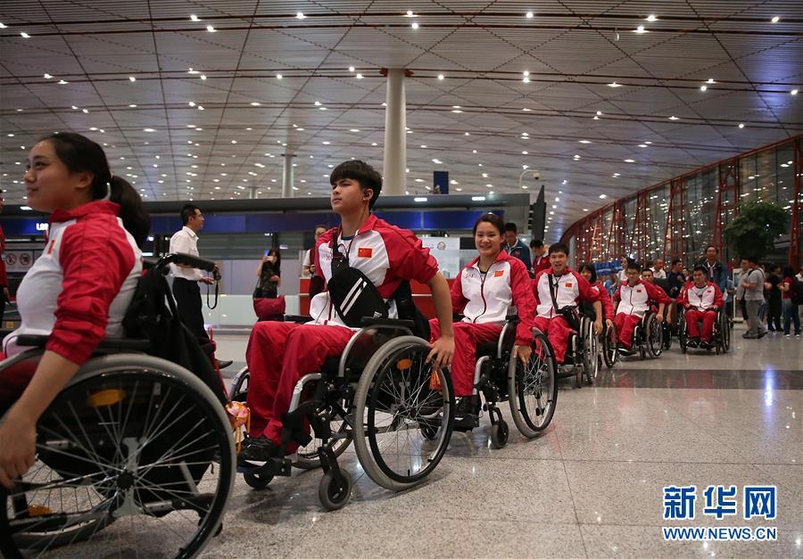8月30日,运动员抵达机场准备出发。
