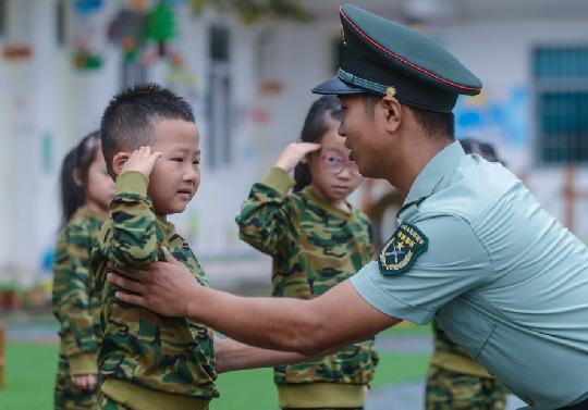 9月7日 ,孩子们在教官的指导下学习敬礼。新华社记者 徐昱 摄