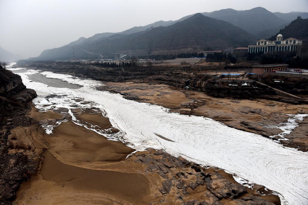 1月5日在山西省吉县拍摄的黄河冻结的冰带。 新华社记者詹彦摄