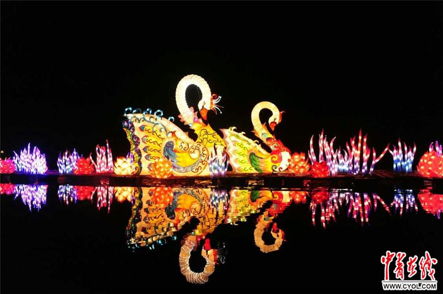中青在线讯(杨子蕾)今年春节期间,郑州绿博园多姿多彩的民俗活动,吸引了众多游客前来感受民俗、体验中华文化的传统魅力。元宵佳节特意选择和家人一起,从郑州到中牟绿博园观看中原灯会,给自己的本命年增加点喜气。2月10日晚上7点,在郑州绿博园内,女游客王玉激动地告诉记者。   郑州中国绿化博览园,是第二届中国绿化博览会的主会场,于2010年9月26日开园,2012年底成功创建国家AAAA级旅游景区。园区荟萃了国内外近百个不同地域的精品园林景观,是集生态环保、自然科普、休闲娱乐于一体的生态园林。   近年