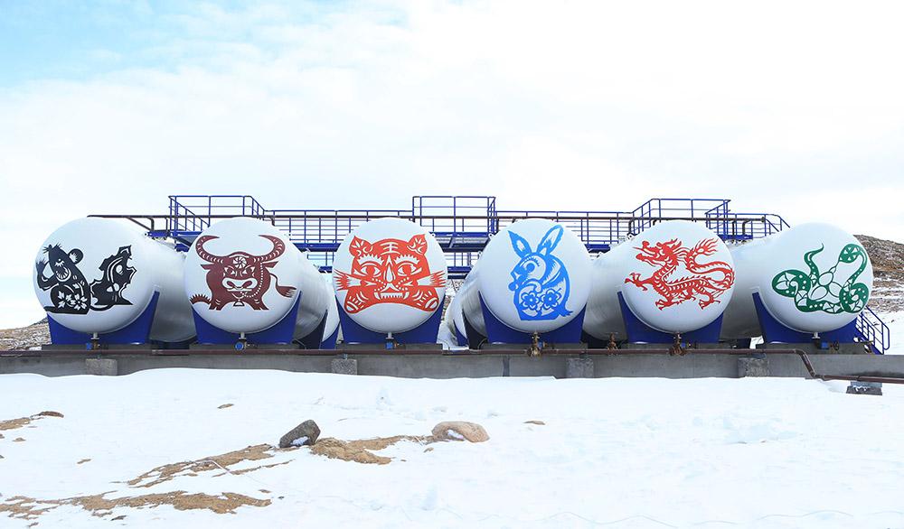 科考队员在新油罐上绘制了十二生肖图案(2月25日摄)。