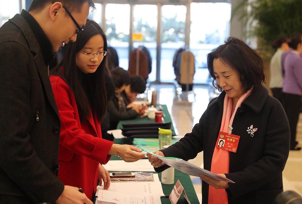 3月1日,全国政协委员姚一萍(右)抵达驻地北京会议中心。