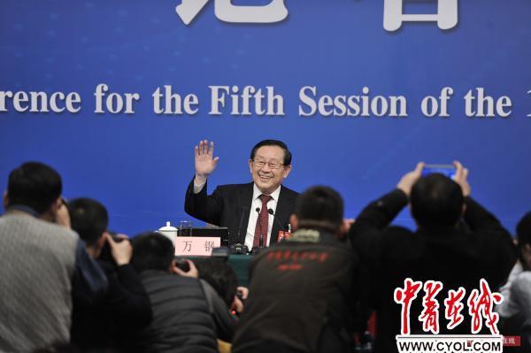 3月11日,十二届全国人大五次会议新闻中心举行记者会,科技部部长万钢入场后向记者挥手致意。中国青年报·中青在线记者 李隽辉/摄