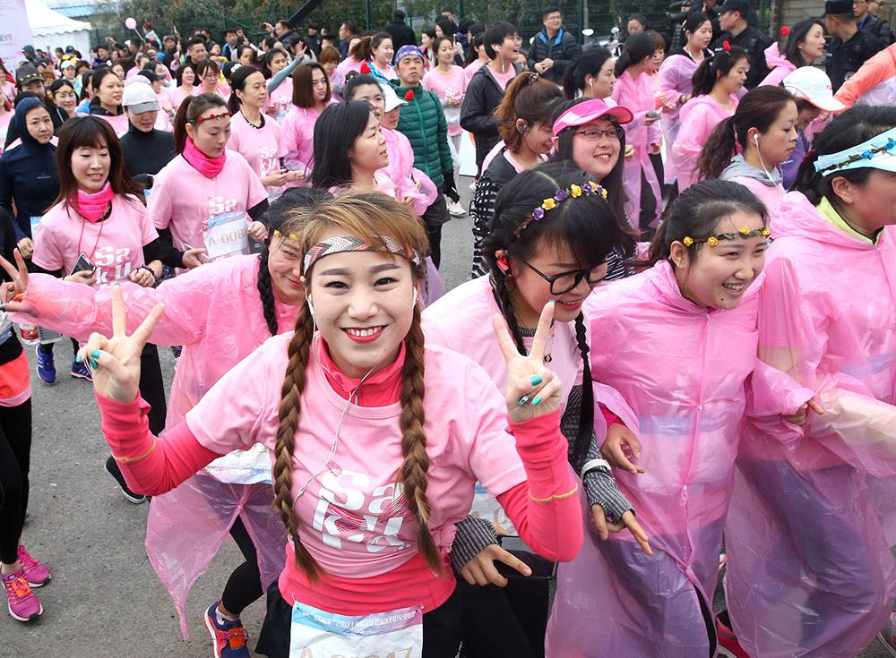 3月12日,参赛者在10公里路跑中。