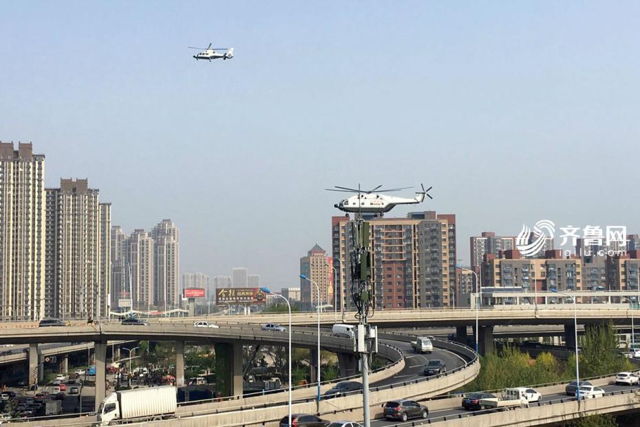 武警直升机大队开展投送训练 飞机霸气穿过闹市