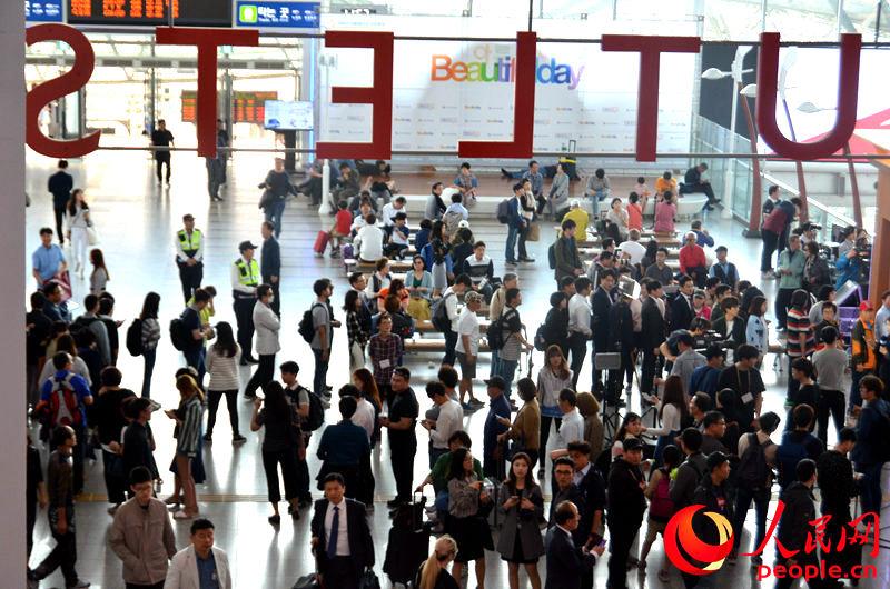 首尔火车站内排队等候提前投票的韩国民众。王憬琪摄