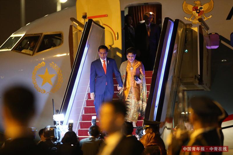 """5月13日晚,印度尼西亚总统佐科乘专机抵达北京首都国际机场,参加即将举行的""""一带一路""""国际合作高峰论坛。中国青年报·中青在线记者 李建泉/摄"""