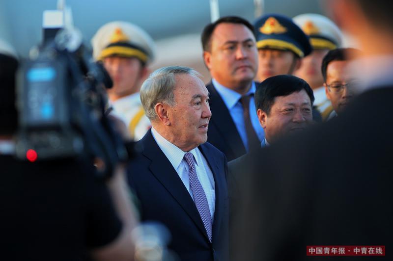 """5月13日,哈萨克斯坦总统纳扎尔巴耶夫乘专机抵达北京首都国际机场,参加即将举行的""""一带一路""""国际合作高峰论坛。中国青年报·中青在线记者 李建泉/摄"""
