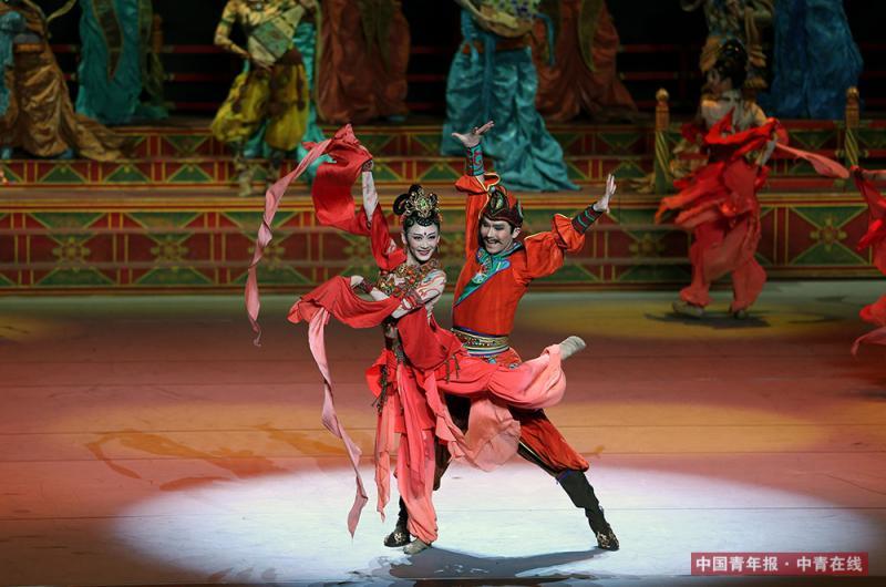 """近日,""""一带一路""""国际合作高峰论坛文艺晚会《千年之约》在北京国家大剧院进行彩排。晚会开场,100名舞者配合高科技影像,为观众们呈现绚丽的敦煌莫高窟盛景。""""一带一路""""国际合作高峰论坛开幕当天,习近平主席和夫人彭丽媛邀请参加高峰论坛的29个国家元首及政府首脑观看。中国青年报·中青在线记者 刘占坤/摄"""