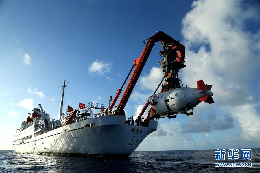 """6月1日,""""蛟龙""""号载人潜水器离开""""向阳红09""""科学考察船缓缓进入水中。"""