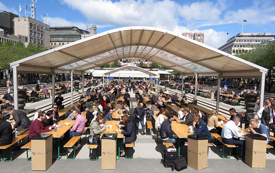 昔日的皇家菜园,如今成了市民集会欢乐的中心,美食节为食客摆设了舒适的就餐场地,让大家在阳光下品尝世界各地的美味。