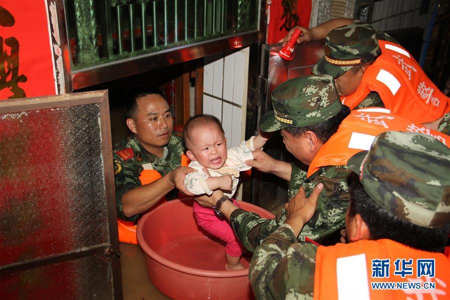 广州增城、从化遭特大暴雨受涝,武警部队深夜紧急驰援.这是武警图片