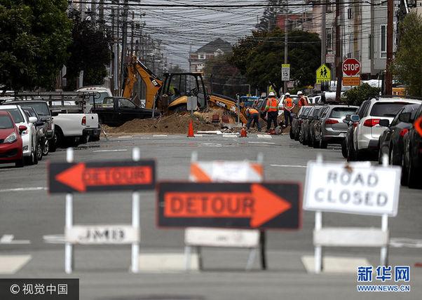 当地时间2017年7月12日,美国加州旧金山,据报道,旧金山、奥克兰和其他四座加州城市的道路是全美道路状况最差的城市,司机因为坑洼不平等道路问题,每年平均花费978美元修车。***_***SAN FRANCISCO, CA - JULY 12: A street is blocked off for repairs on July 12, 2017 in San Francisco, California. According to a report by WalletHub, roads in San Francisco, Oakland and four other California cities are the worst in the United States. Drivers in San Francisco and Oakland pay an estimated $978 per year to repair vehicle damage from driving on roads with potholes and uneven pavement. (Photo by Justin Sullivan/Getty Images)