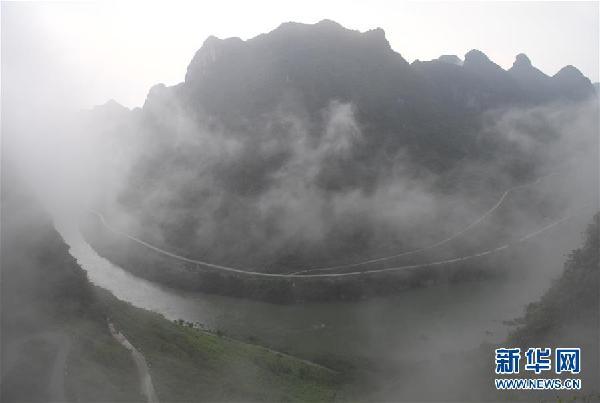这是广西都安瑶族自治县龙湾乡境内红水河边的公路(8月1日摄).
